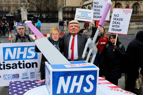 Photo stunt: Johnson and Trump carve up the NHS cake